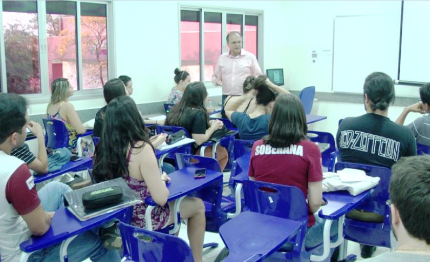 Acadêmicos reclamam de falta de professores e de lugar para aulas