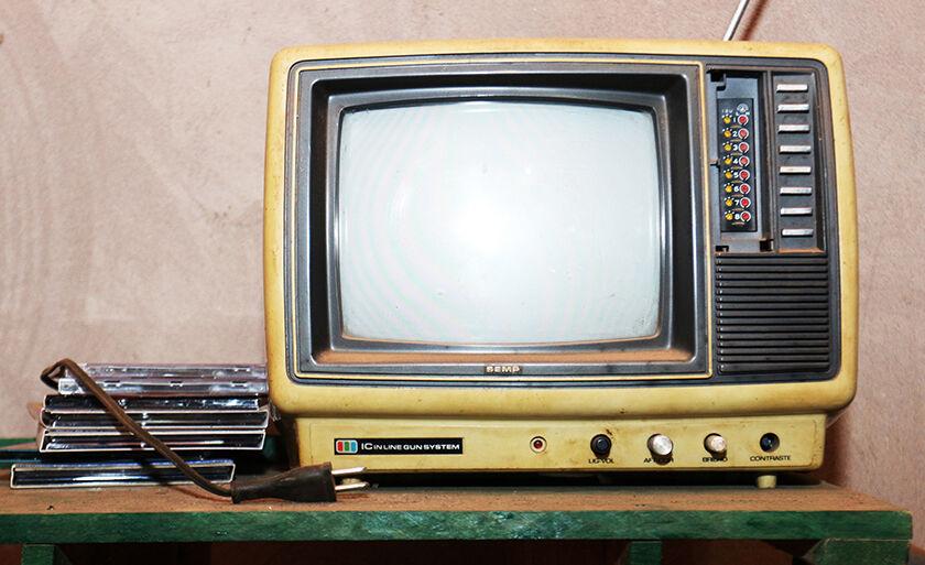 Aparelho de televisão antigo é artigo de coleção e de decoração de morador de Três Lagoas