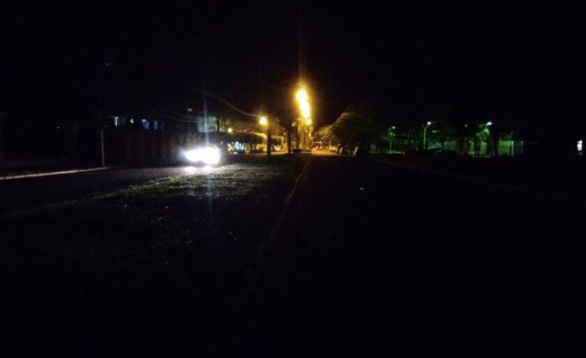 Trecho de rua com iluminação precária no centro de Paranaíba; cidade tem R$ 326 mil em caixa