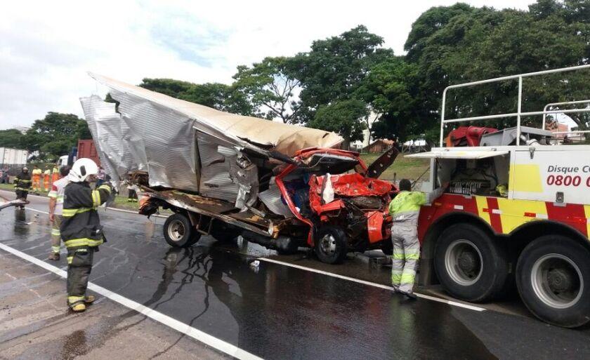 Na carreta com explosivos da empresa Interfogos de Paranaíba com destino ao Rio de Janeiro (RJ) três pessoas ficaram presas na ferragens