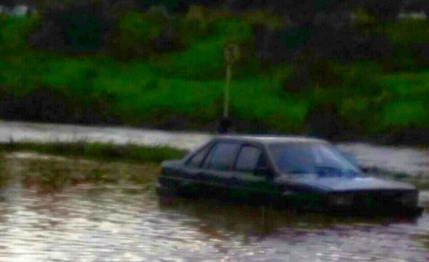 Dois carros foram arrastados pela água, durante a chuva desta terça