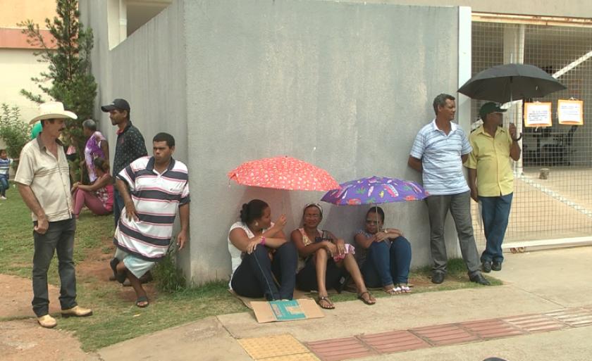 Eleitores formam fila em porta de cartório de Três Lagoas