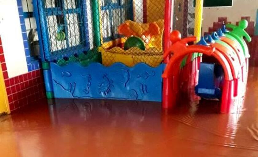 Barro e água pós chuva impedem que crianças brinquem e fecha CEINF