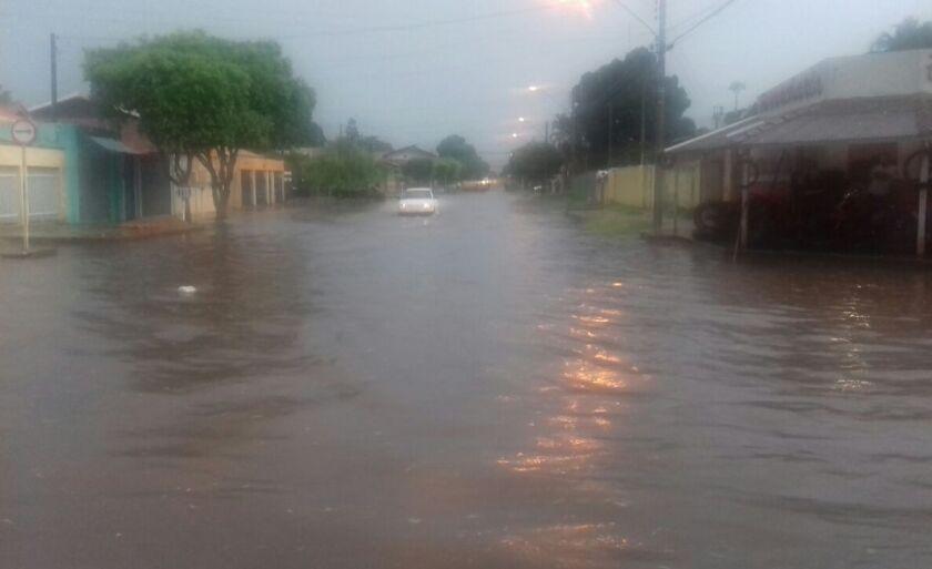 Ruas ficaram alagadas com pouco mais de meia hora de chuva