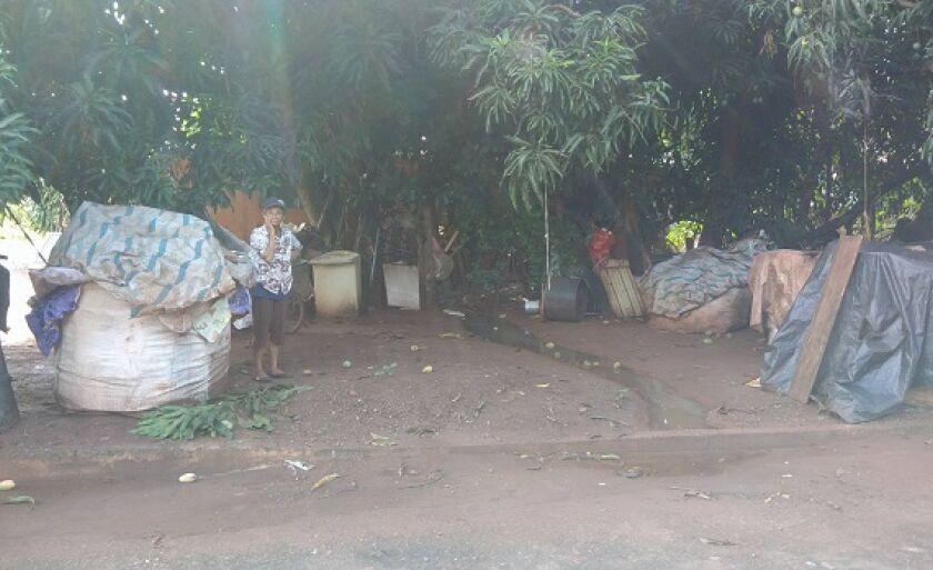 Os materiais ficam armazenados nos bolsões, no quintal de terra, embaixo de uma mangueira