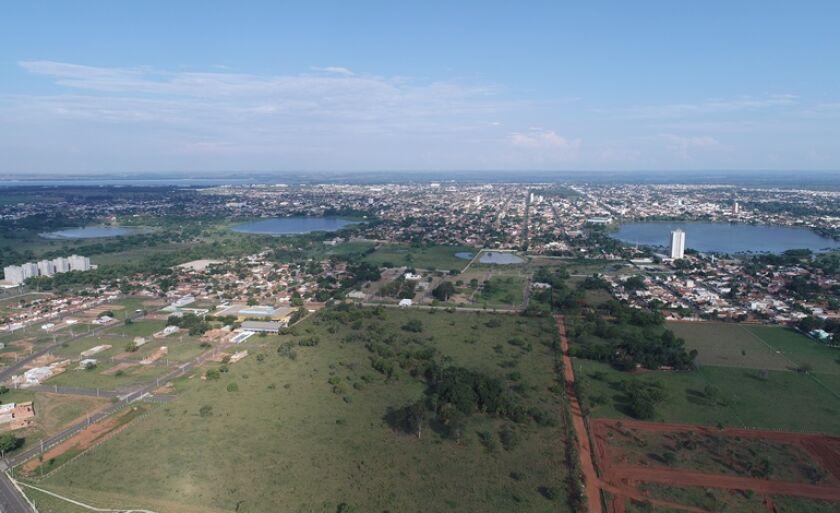 Vista do alto, as três lagoas e o majestoso Rio Sucuriú, que banha Três Lagoas