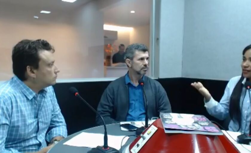 Rodrigo Fernandes (à esq.), durante entrevista à Cultura FM