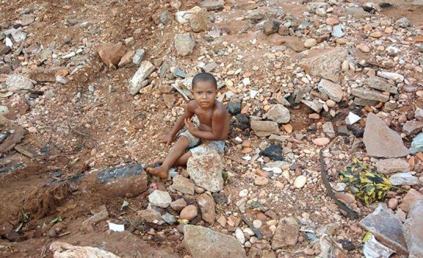 Criança brinca em rua abandonada em Paranaíba. Como será o amanhã? Responda quem puder