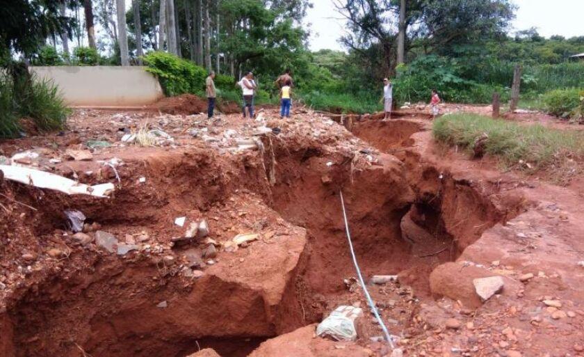 Moradores observam buraco aberto por chuvas em trecho da rua Nilton Pimenta de Melo