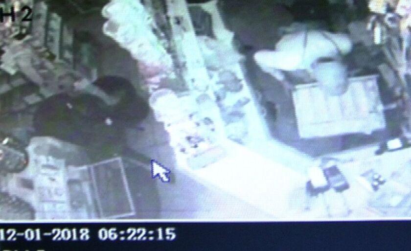 Momento exato em que ladrão revira caixa de loja, no bairro Santos Dumont, em Três Lagoas