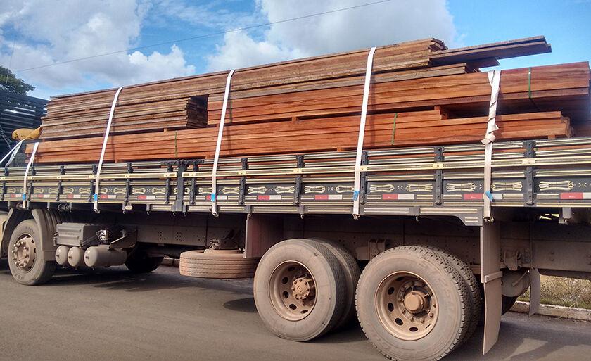 Veículo transportava 19 m³ de madeira serrada em diversos formatos