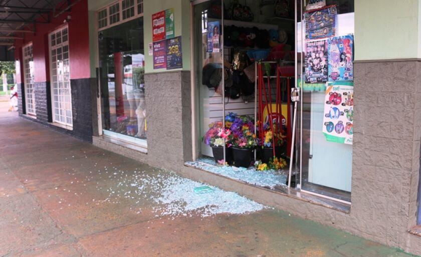 Ladrão quebrou a porta de vidro e invadiu o estabelecimento em busca de dinheiro