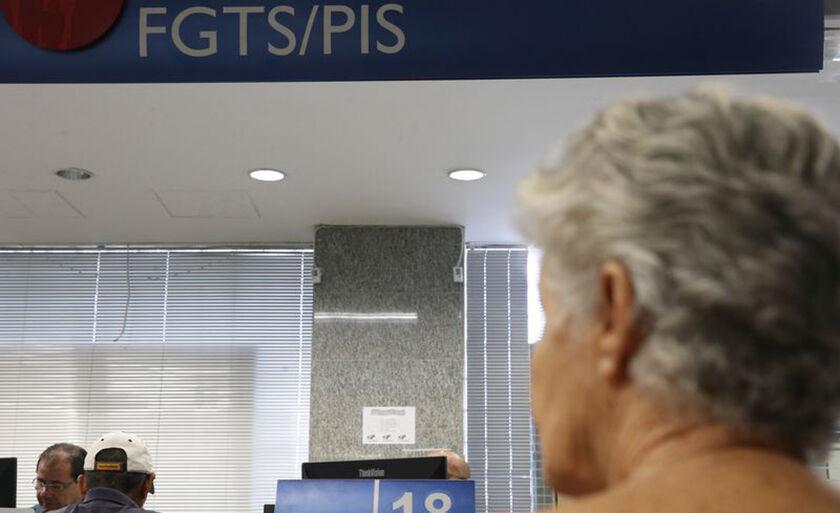 Em dezembro do ano passado, o presidente Michel Temer assinou a medida provisória (MP) 813/17 que reduz para 60 anos a idade mínima para o saque das cotas do PIS/Pasep