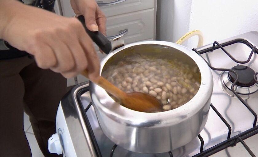 Feijão em baixa, gás em alta: estratégia é mudar rotina na cozinha para economizar