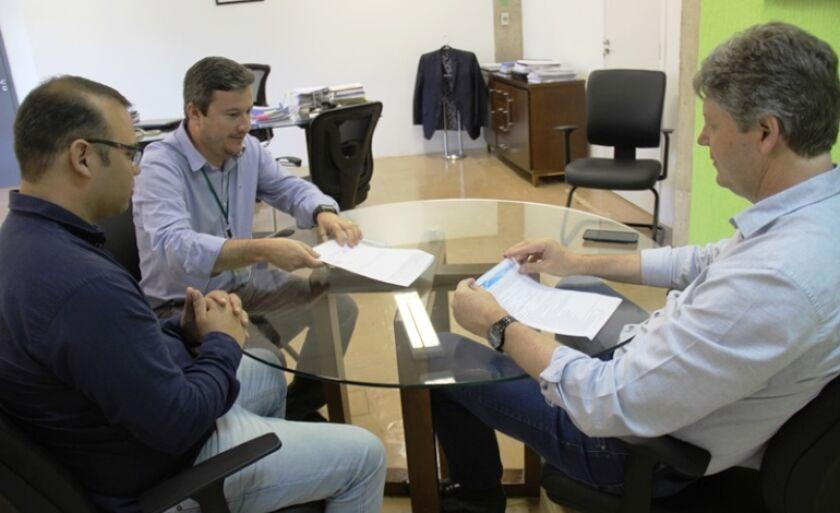 Documento foi entregue ao coordenador de Sustentabilidade da Eldorado Brasil