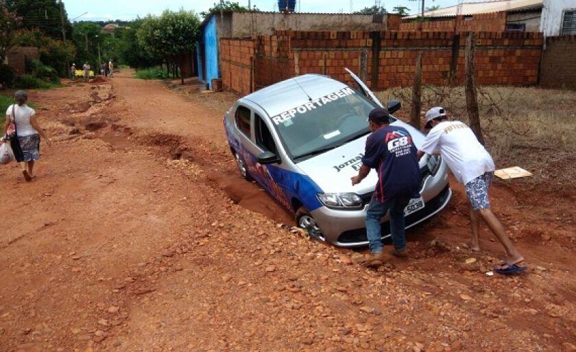 Moradores ajudam equipe que fazia reportagem em bairros e teve carro engolido por buraco