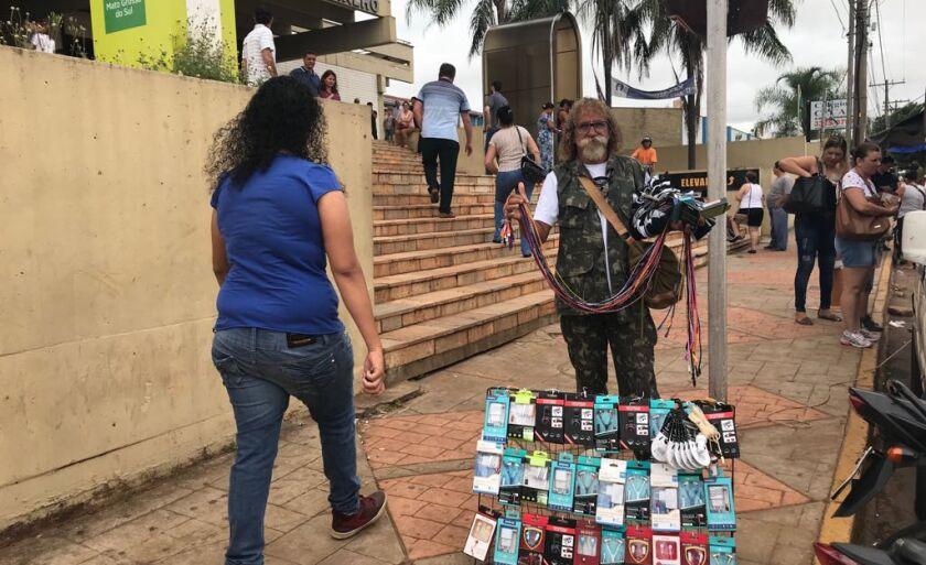O vendedor, Daniel Teixeira Rosa, aproveita o movimento com boas expectativas de vendas.