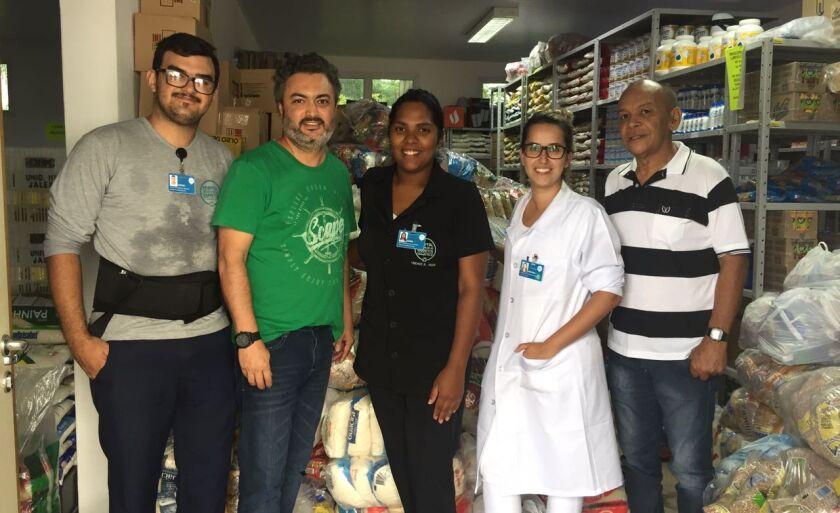 Representantes da rádio entregam doações no Hospital de Câncer de Jales