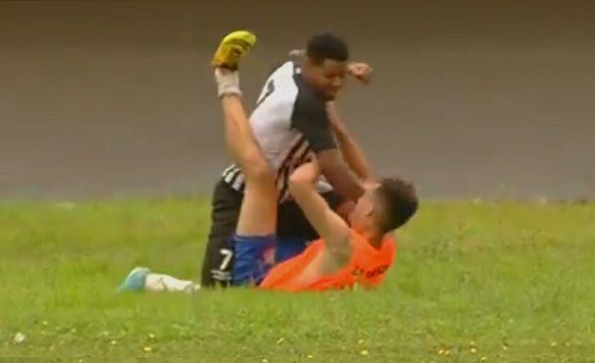 Jeferson foi flagrado agredindo gandula no gramado do Morenão, em Campo Grande