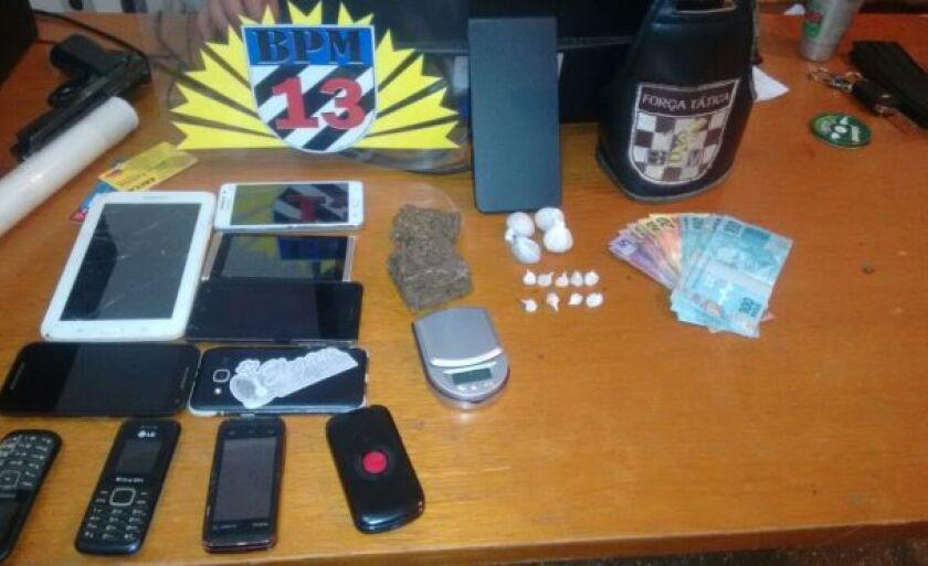 Ao realizar buscas pela casa foi encontrado dinheiro, uma balança de precisão, um tablet, nove celulares