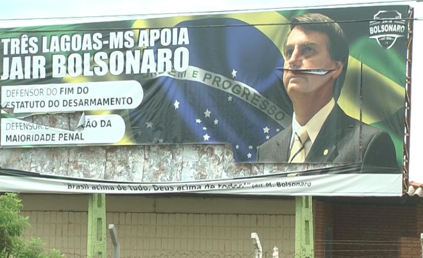 Vândalos rasgaram outdoor e cortaram rosto de Bolsonaro