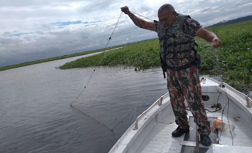 Homem pescava com uma rede de pesca de 180 metros, equipamento proibido