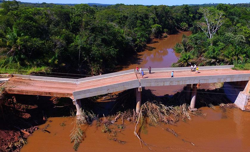 Ponte sobre Rio dos Velhos interrompeu tráfego em importante região de produção de grãos e boi gordo em Jardim