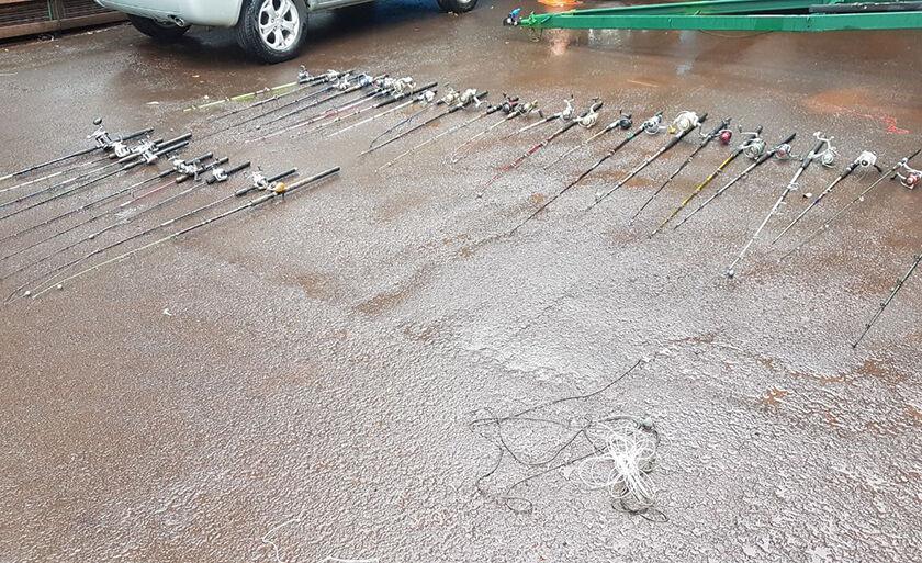 Polícia ainda cortou 43 anzóis de galho que estavam armados à margem do rio