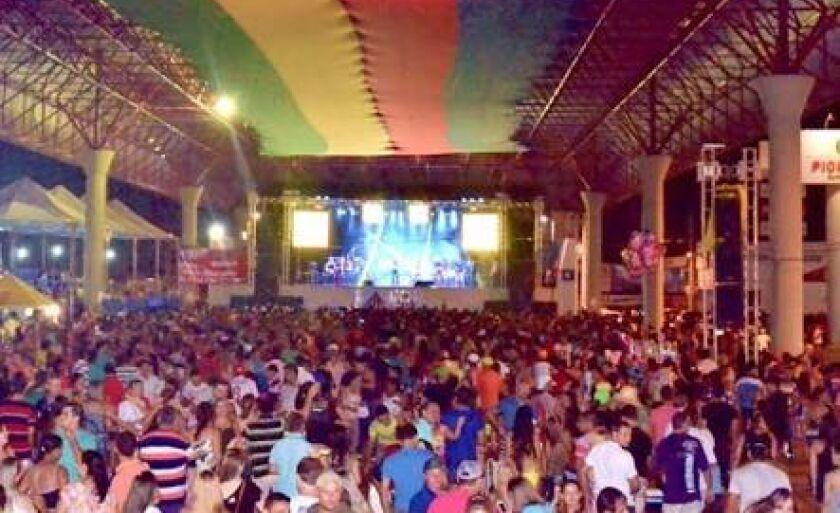 O Carnaval de rua em Paranaíba é um dos mais tradicionais do Estado e sempre atraiu um grande número de pessoas
