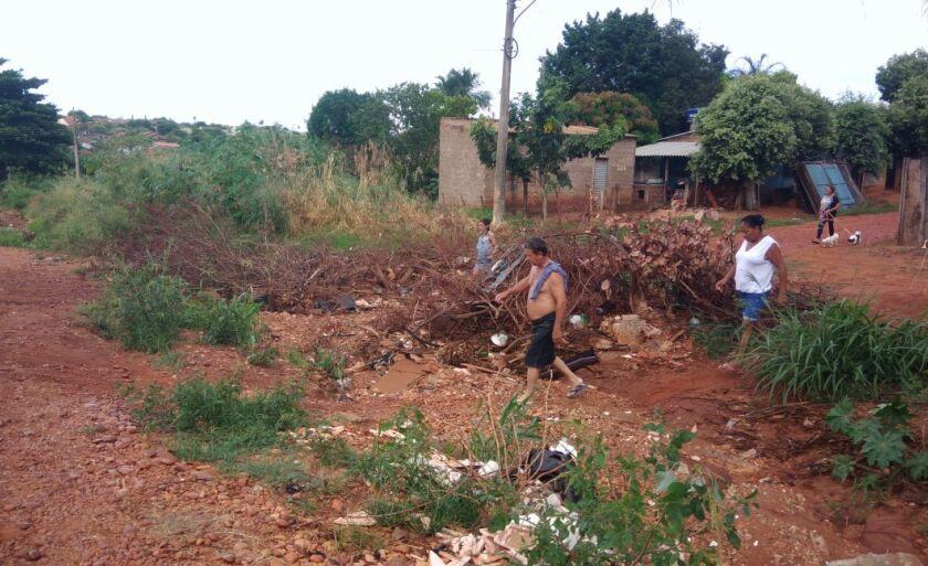 Moradores fazem atalho para conseguir atravessar o buraco