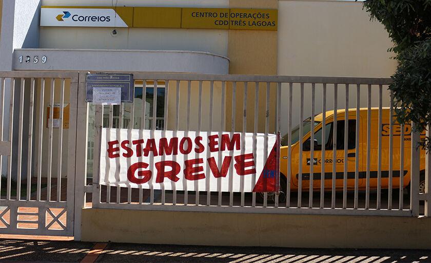 Servidores dos Correios de várias regiões do País entraram em greve por tempo indeterminado nesta segunda-feira; o sindicato tenta convencer os funcionários aderirem ao movimento de greve também