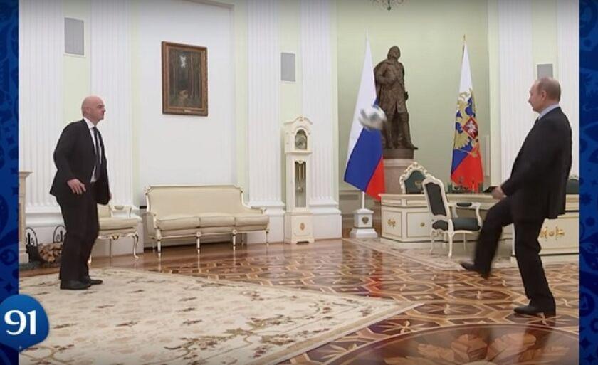 No vídeo, presidente da FIFA 'bate uma bolinha' com o líder russo, Vladimir Putin