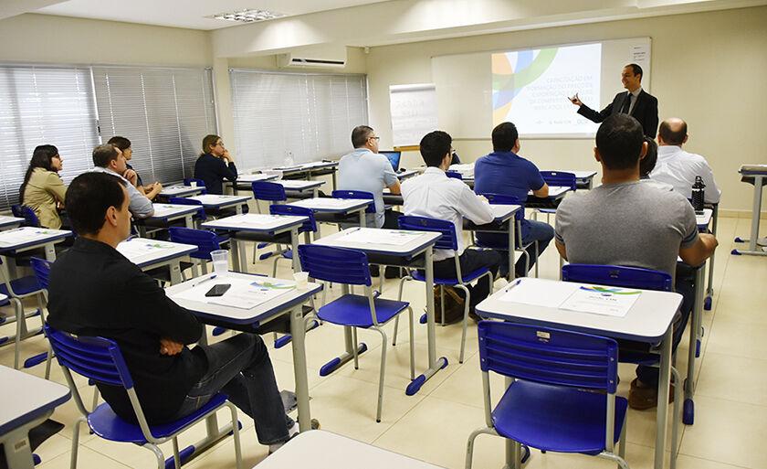 Os cursos oferecidos são Básico de Comércio Exterior e Exportação via Courrier, Formação de Preço para Exportação e Técnicas de Negociação