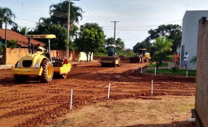 Trechos de oito ruas no bairro Jardim Dourados, em Três Lagoas, começaram a receber pavimentação