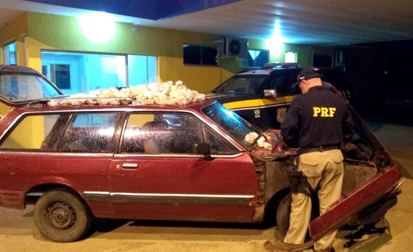 Policias desconfiaram das informações prestadas pelo motorista e encontraram a droga