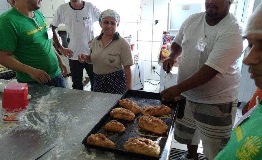 O objetivo geral das aulas foi produzir artesanalmente pães e salgados para consumo familiar