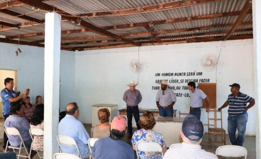 Prefeito em reunião com moradores e representantes de associações no Distrito de Arapuá