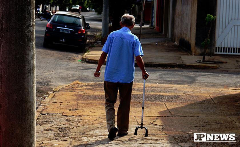Idoso aproveita o tempinho fresco na manhã desta segunda-feira para caminhar pelas ruas de Três Lagoas