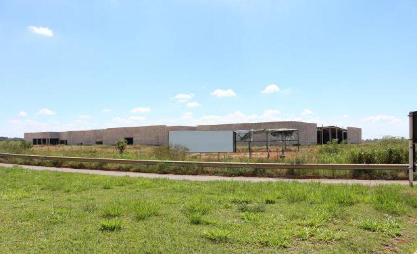 Pedra fundamental do shopping de Três Lagoas foi lançada em 2011; obra segue inacabada