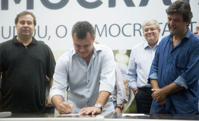 Cesinha foi recebido pelos novos companheiros de partido deputados Rodrigo Maia e Luiz Henrique Mandeta