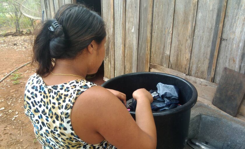 A estudante Mariana Alves da Silva, de 16 anos, conta que ela sempre precisa pegar as roupas para lavar nos vizinhos