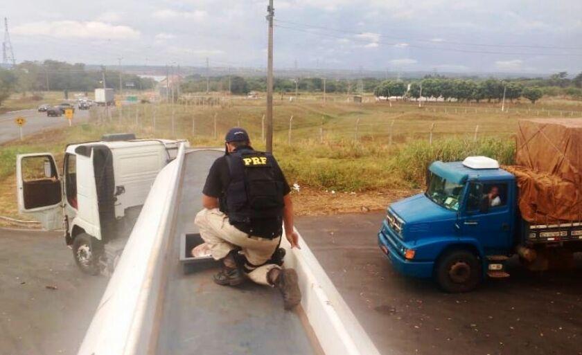 A carga estava escondida no tanque de uma  carreta, com placas de Chapadão do Sul (MS) e semirreboque com placas de Maringá (PR).