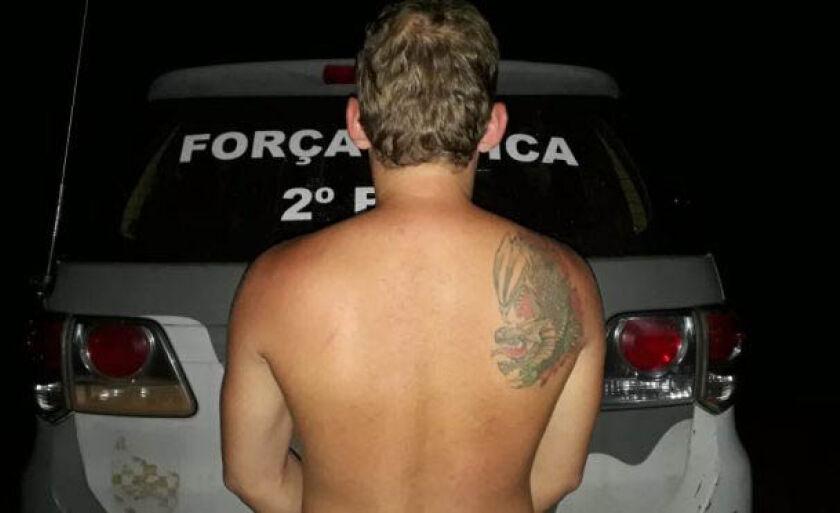 Homem ainda passou a droga para esposa esconder, mas foi flagrado