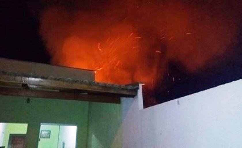 Fogo se alastrou em terreno baldio e quase atingiu a casa, que fica ao lado.