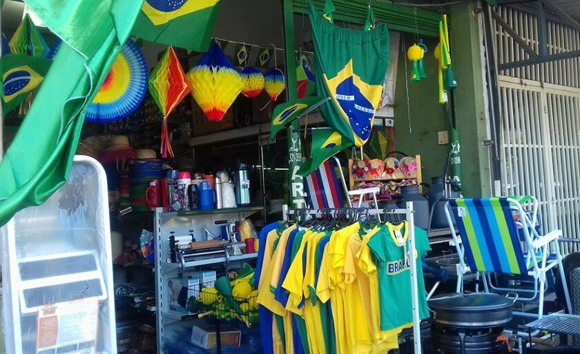 Produtos expostos em loja à espera de torcedores da seleção
