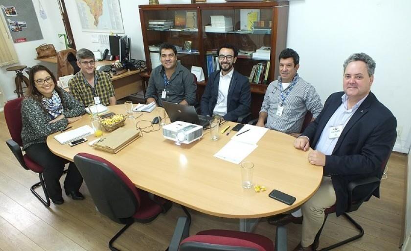 Reunião realizada na sede da Embrapa Solos, no Rio, para definição do acordo de cooperação