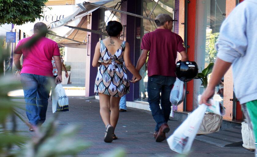 No clima do Dia dos Namorados, casal de mãos dadas esbanja romantismo pelas ruas no Centro de Três Lagoas