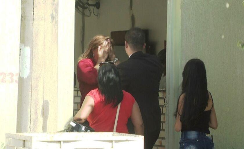 Maika é levada para casa pelo advogado e recebida por familiares e amigos.