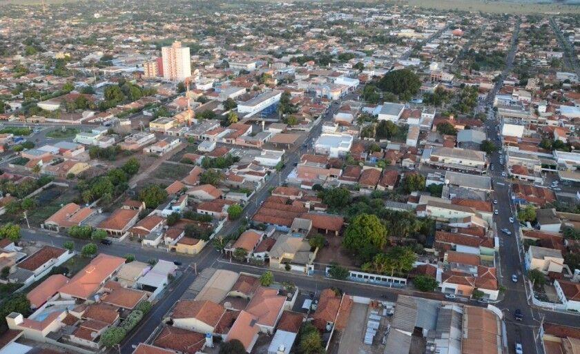O município está localizada no sul da região Centro-Oeste do Brasil, à Leste de Mato Grosso do Sul