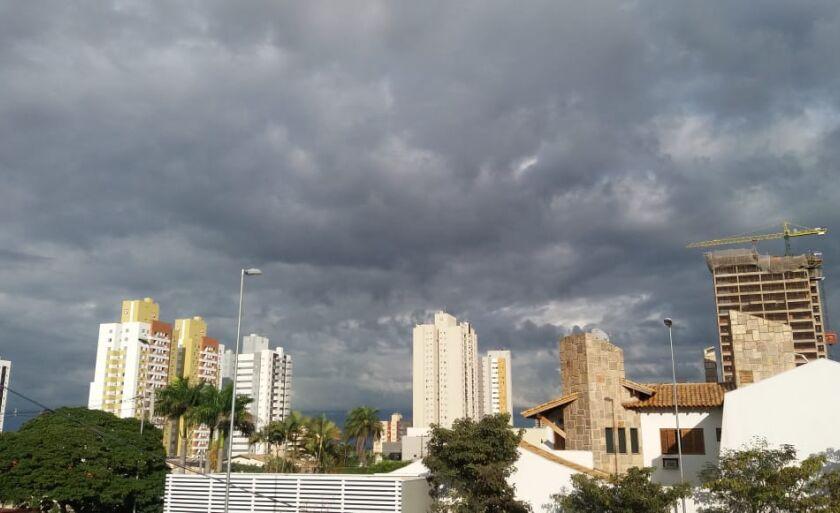 Na capital o clima já mudou e deve chover nas próximas horas.